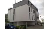 Gebäudeansicht mit Stellplätzen